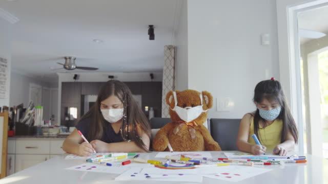台所でフェイスマスクを叫ぶ親友 - ぬいぐるみ点の映像素材/bロール