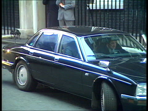 vídeos de stock, filmes e b-roll de best of 1990 collection t28119001 margaret thatcher leaves downing street london former prime minister margaret thatcher mp wearing a burgundy suit... - 10 11 years