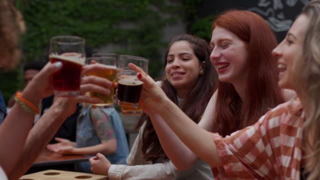 bästa återföreningarna är med färskt öl - ölglas bildbanksvideor och videomaterial från bakom kulisserna