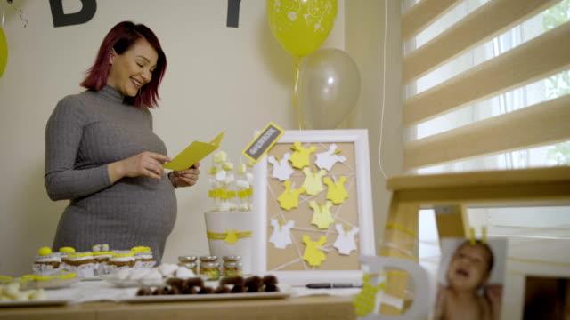 auguri per mamma e bambino da amici su evento baby shower - baby shower video stock e b–roll