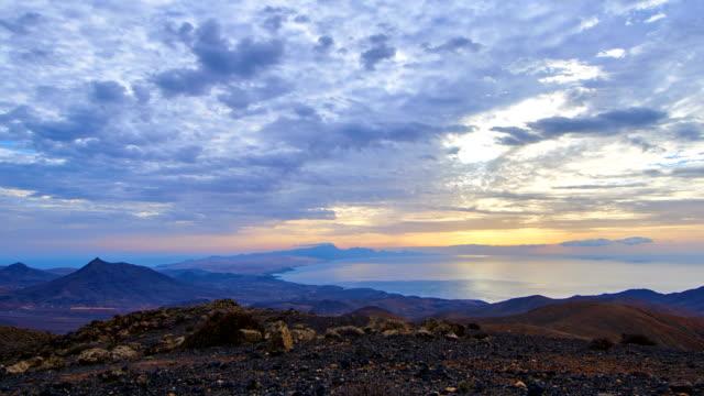 vídeos de stock, filmes e b-roll de betancuria sunset time lapse - vistas sobre sicasumbre montain, fuerteventura - ilhas do oceano atlântico