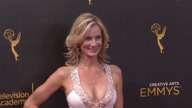 vídeos de stock e filmes b-roll de beth littleford at the 2016 creative arts emmy awards - day 1 - arrivals at microsoft theater on september 10, 2016 in los angeles, california. - microsoft theater los angeles