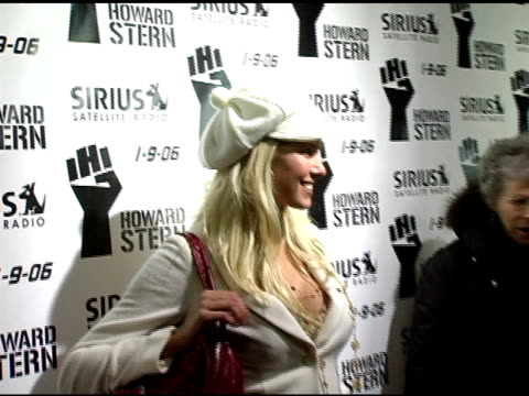 beth ostrosky at the howard stern last day live event arrivals and inside at hard rock cafe in new york, new york on december 16, 2005. - ハードロックカフェ点の映像素材/bロール