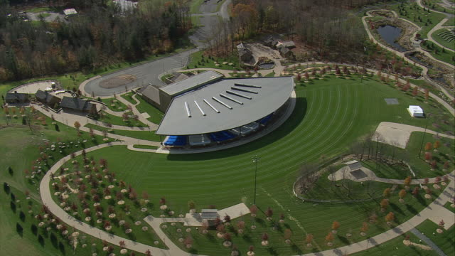 aerial bethel woods center for the arts pavilion theater / bethel, new york, united states - 屋外点の映像素材/bロール