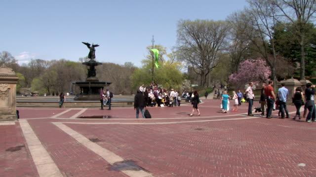 vídeos de stock e filmes b-roll de bethesda fountain- central park nyc springtime - fonte bethesda