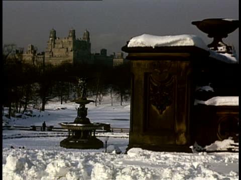 vídeos de stock e filmes b-roll de 1940 ws bethesda fountain in snowy central park / new york city, new york, usa - fonte bethesda