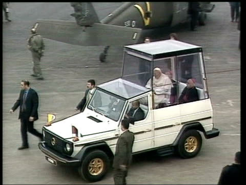 bethlehem: ext pope john paul ii stood with palestinian president yasser arafat pope in popemobile along tgv people gathered for papal mass pope in... - ローマ法王専用車点の映像素材/bロール