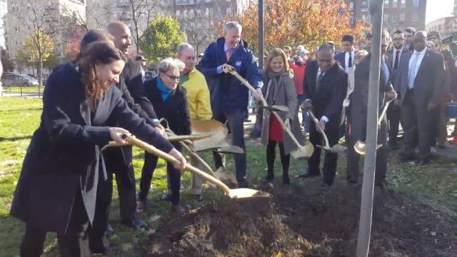 bette midler and mayor de blasio at the one millionth tree planting in the bronx, ny. - ビル・デ・ブラシオ点の映像素材/bロール