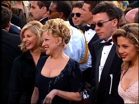 vidéos et rushes de bette midler at the 1997 academy awards arrivals at the shrine auditorium in los angeles california on march 24 1997 - bette midler