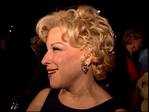 vidéos et rushes de bette midler at the 'first wives club' premiere at paramount studios in hollywood california on september 16 1996 - bette midler