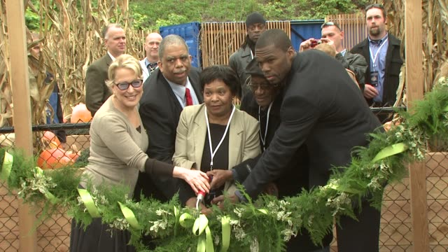 vidéos et rushes de bette midler leroy comrie curtis '50 cent' jackson and guests at the nyrp celebrates opening of curtis '50 cent' jackson community garden at queens ny - bette midler