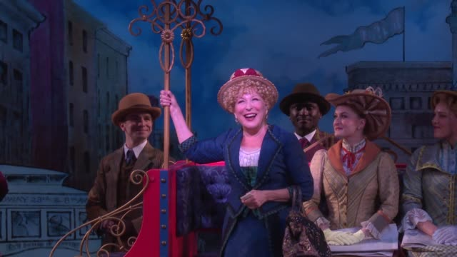 vidéos et rushes de performance bette midler returns to her tony awardwinning role in hello dolly on broadway at shubert theatre on july 17 2018 in new york city - bette midler