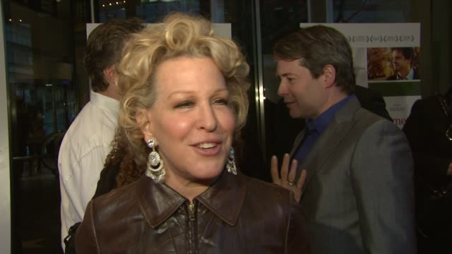 vidéos et rushes de bette midler talks about why she decided to be a part of the film how much she admires helen hunt and why she thinks it's such a great story at the... - bette midler
