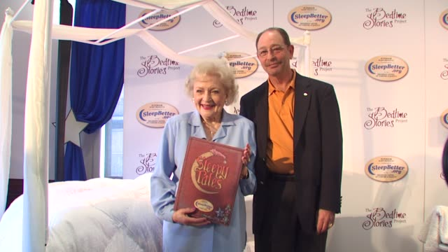 stockvideo's en b-roll-footage met betty white and dan schecter at the betty white celebrates the bedtime story with sleepbetterorg at los angeles ca - wit haar