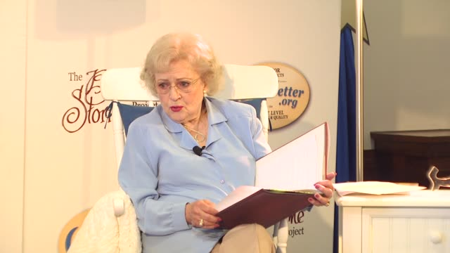 stockvideo's en b-roll-footage met betty white at the betty white celebrates the bedtime story with sleepbetterorg at los angeles ca - wit haar