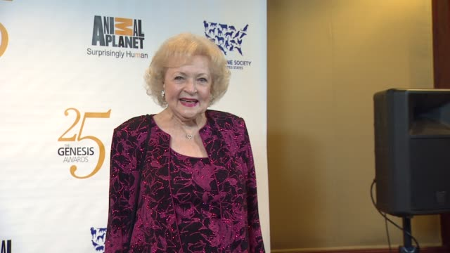 vidéos et rushes de betty white at the the 25th anniversary genesis awards presented by the humane society of the united states at century city ca. - groupe organisé