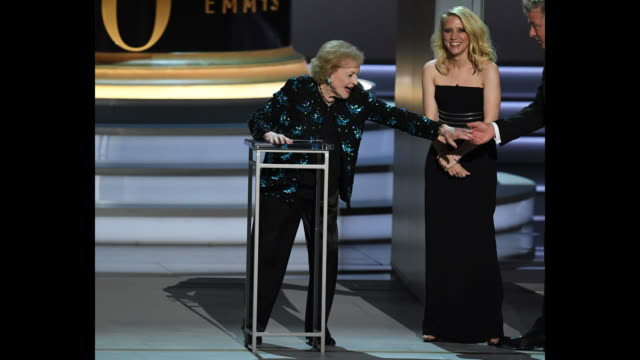 vídeos de stock, filmes e b-roll de betty white shakes hands with kate mckinnon and alec baldwin onstage during the 70th emmy awards at microsoft theater on september 17 2018 in los... - 70th annual primetime emmy awards