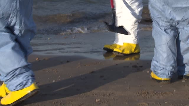 stockvideo's en b-roll-footage met wgn between nine and 18 barrels of crude oil spilled into lake michigan after a malfunction at a bp refinery on march 25 2014 in whiting indiana the... - mileubeschermingorganisatie