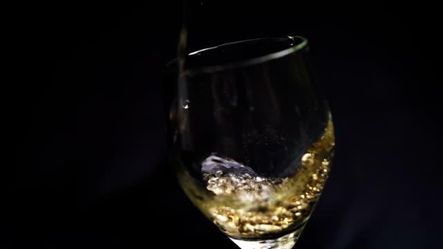 beverage in glass - colore isolato video stock e b–roll