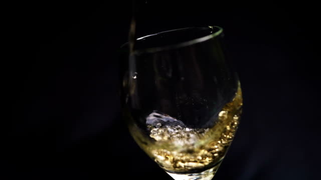 vídeos de stock e filmes b-roll de beverage in glass - cor isolada