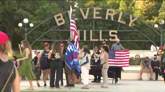 beverly hills, ca, u.s. - donald trump supporters with banners and american flags on saturday, august 15, 2020. - beverly hills california点の映像素材/bロール