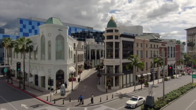 beverly hills, ca, u.s. - drone view of closed stores at rodeo drive and dayton way during covid-19 pandemic, on wednesday, march 25, 2020. - beverly hills california bildbanksvideor och videomaterial från bakom kulisserna