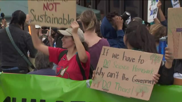 beverly hills, ca, u.s. - woman speaking during climate change protest on sunday, september 27, 2019. - beverly hills california点の映像素材/bロール