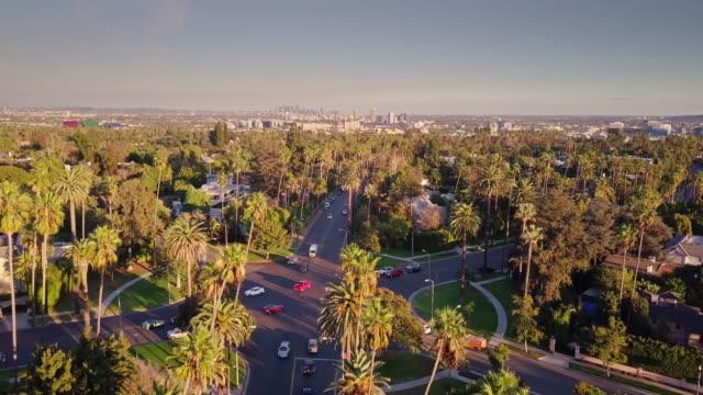 Rues de Beverly Hills entourées d'étalement de Los Angeles - vue aérienne