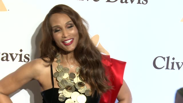 stockvideo's en b-roll-footage met beverly johnson at the 2016 pregrammy gala and salute to industry icons honoring irving azoff at the beverly hilton hotel on february 14 2016 in... - irving azoff