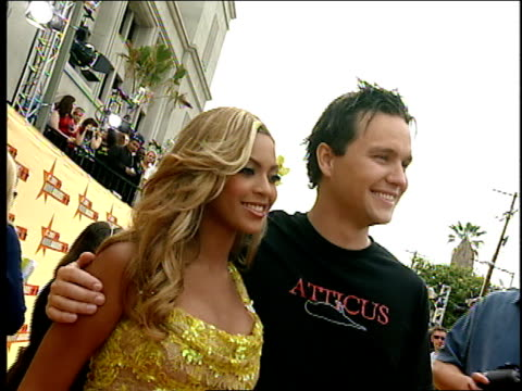 beyonce and mark hoppus are making their way down the red and gold carpet at the 2001 mtv movie awards. - mtvムービー&tvアワード点の映像素材/bロール