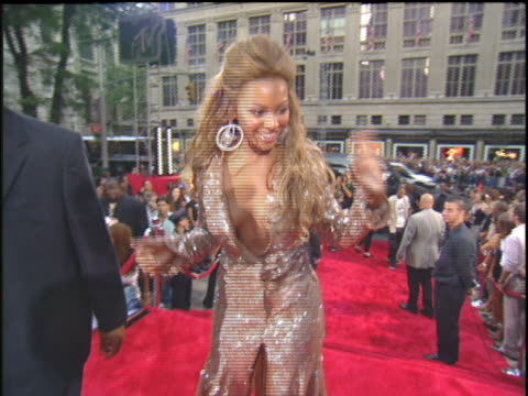 beyonce arriving to the 2003 mtv video music awards red carpet - 2003年点の映像素材/bロール