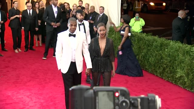 beyonce jayz at charles james beyond fashion costume institute gala arrivals at the metropolitan museum on may 05 2014 in new york city - beyoncé knowles stock videos & royalty-free footage