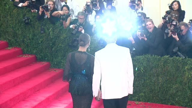 "vídeos de stock e filmes b-roll de beyonce, jay-z at ""charles james: beyond fashion"" costume institute gala - arrivals at the metropolitan museum on may 05, 2014 in new york city. - vestido preto"