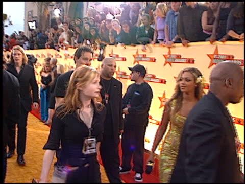 beyonce knowles at the 2001 mtv movie awards entrances at the shrine auditorium in los angeles, california on june 2, 2001. - mtvムービー&tvアワード点の映像素材/bロール