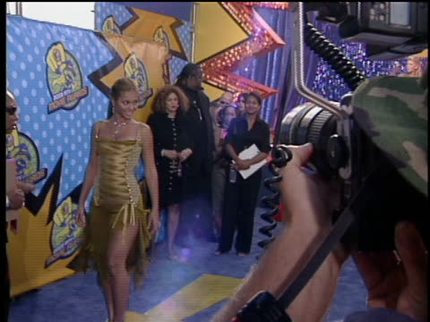 beyonce knowles is walking the red carpet at the 2003 mtv movie awards. - mtvムービー&tvアワード点の映像素材/bロール