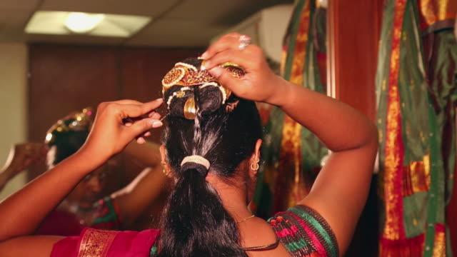 stockvideo's en b-roll-footage met bharatanatyam dancer preparing for perfomance, delhi, india - gevlochten haar