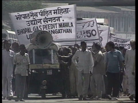 vídeos de stock e filmes b-roll de chemical plant continues to leak/survivors still awaiting compensation itn lib india bhopal gvs injured survivors and bodies of victims date effigy... - the dow chemical company
