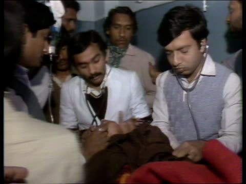 stockvideo's en b-roll-footage met india bhopal ms doctor treats patient cms young woman given drink video ex upitn/abc via sat tx 51284/nat l13871 1622 1836 - bhopal