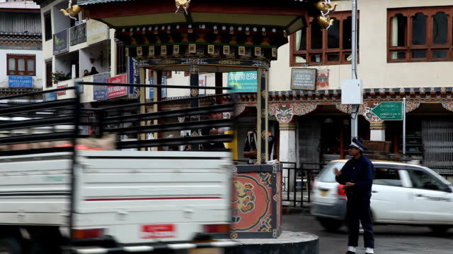 bhutan, thimphu - 方向標識点の映像素材/bロール