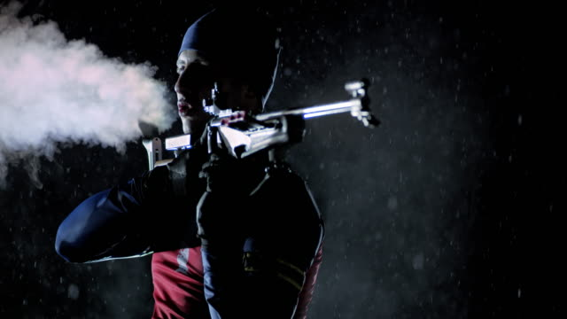 vídeos y material grabado en eventos de stock de slo mo biathlete standing position shooting at night - biatlón