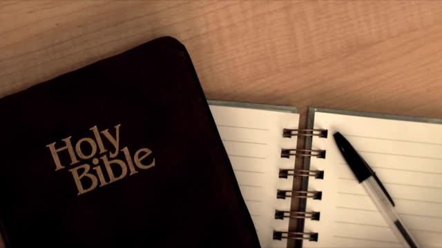 vídeos de stock, filmes e b-roll de bíblia de leitura (hd, ntsc - bíblia