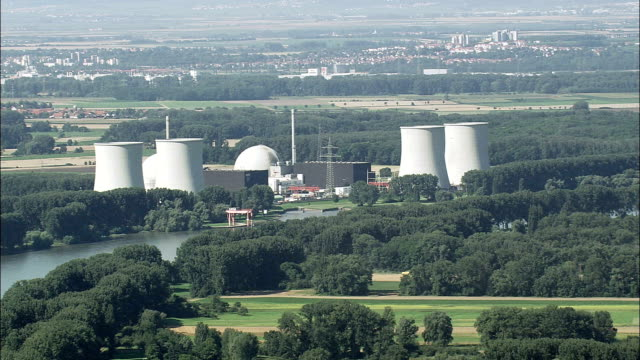 biblis nukleare kraftwerk - luftbild - hessen, helikopter filmen, aerial video, cineflex, gründung schuss, deutschland - atomkraftwerk stock-videos und b-roll-filmmaterial