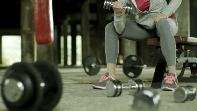stockvideo's en b-roll-footage met bicep training - bicep