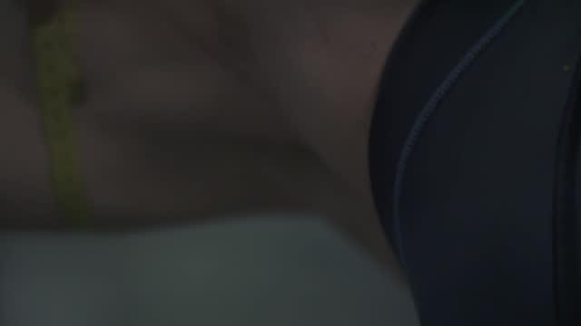 vídeos de stock, filmes e b-roll de biceps measurement - peso livre equipamento para exercícios