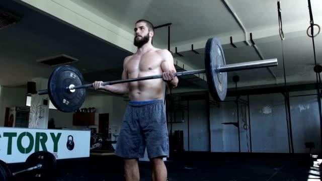 vidéos et rushes de pratique du biceps dans la salle de gym - seulement des jeunes hommes