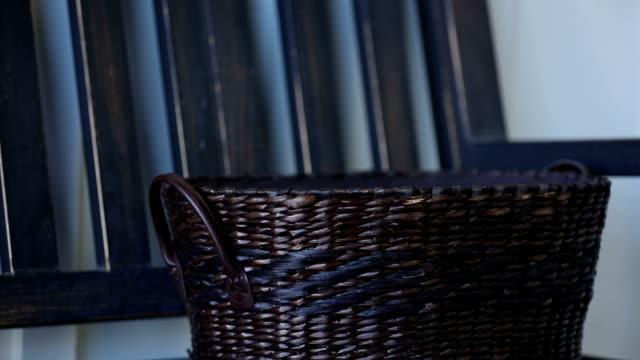 bichon yorkie welpen im korb - korb stock-videos und b-roll-filmmaterial