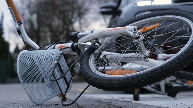 vídeos y material grabado en eventos de stock de accidente de bicicleta - misfortune