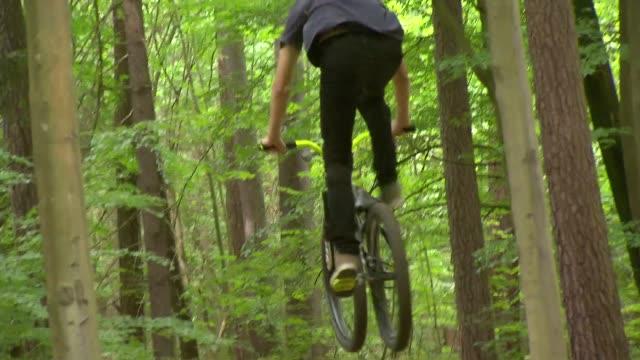 bicycle acrobatics - kopfbedeckung stock-videos und b-roll-filmmaterial
