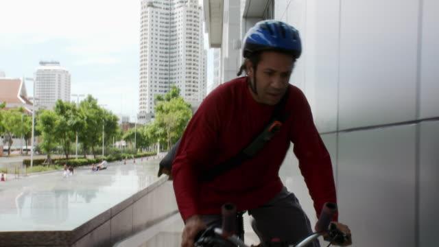 vídeos y material grabado en eventos de stock de ms pov bicycle courier delivering envelope to office building, entering through door / bangkok, thailand - entrada