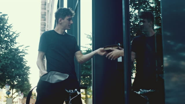 cykel courier leverera paketet (slow motion) - leverera bildbanksvideor och videomaterial från bakom kulisserna